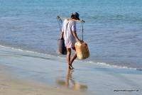 Ein Fischer am Strand in Bali