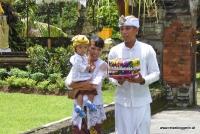 Eine balinesische Familie bringt Opfergaben zum Tempel