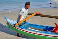 Ein Fischer kehrt an den Strand zurück