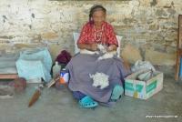In Nepal wird Wolle mit der Hand gesponnen