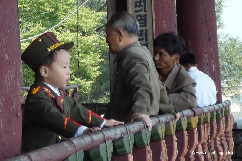 Ein Kind in einer Uniform