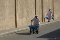 Ein alter Mann spaziert in Nizwa durch die Gassen