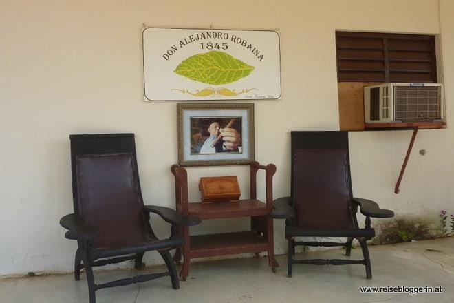 Zwei Liegestühle auf der Veranda der Casa de Robaina