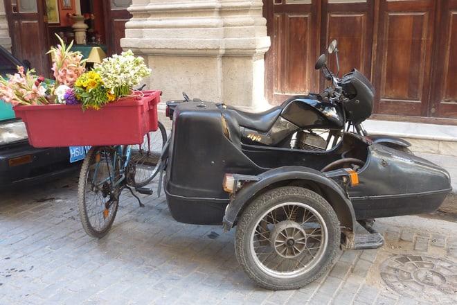 Motorrad mit Beiwagen in Havanna