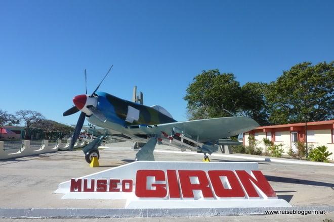 Ein Flugzeug vor dem Museum Giron in der Schweinebucht von Kuba