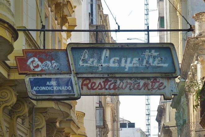 Straßenschilder in Havanna