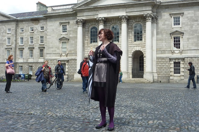 Eine Studentin des Trinity College führt uns durch das Areal