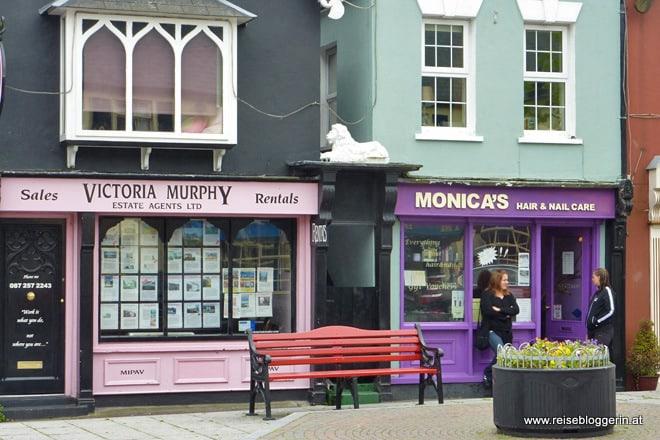 Kinsale ist ein charmanter Küstenort in Irland mit bunt gestrichenen Häusern.