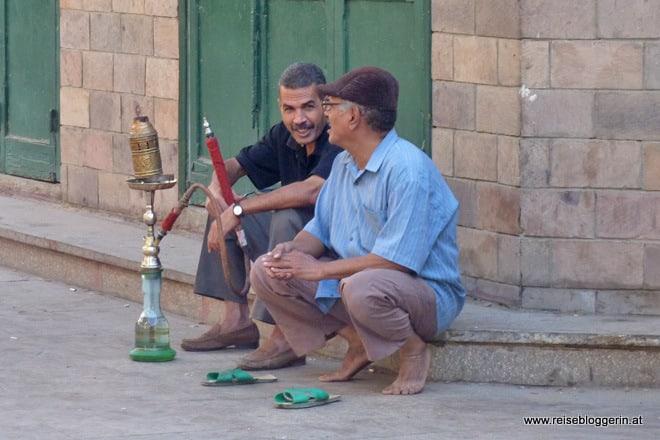 Ägypter rauchen Wasserpfeife