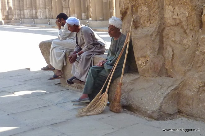 Ein Putztrupp im Tempel