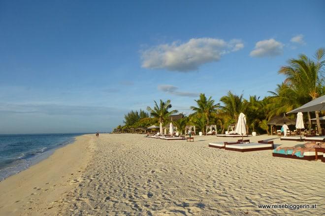 Der hoteleigene Strand vom Hotel Dinarobin