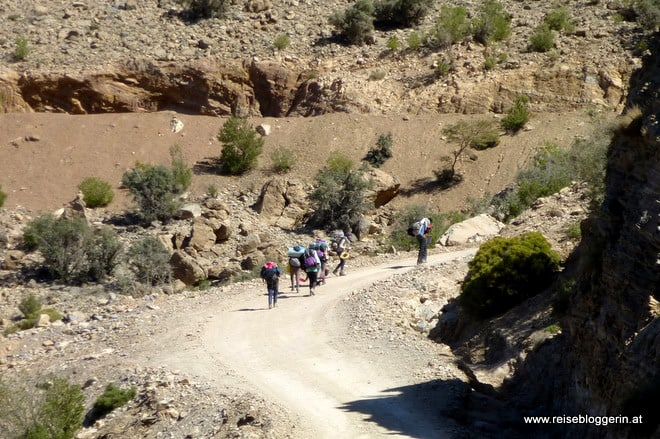 Wandern in einem Wadi im Oman