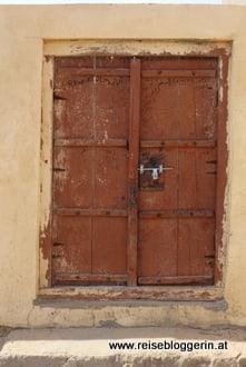 braune Tür im Oman