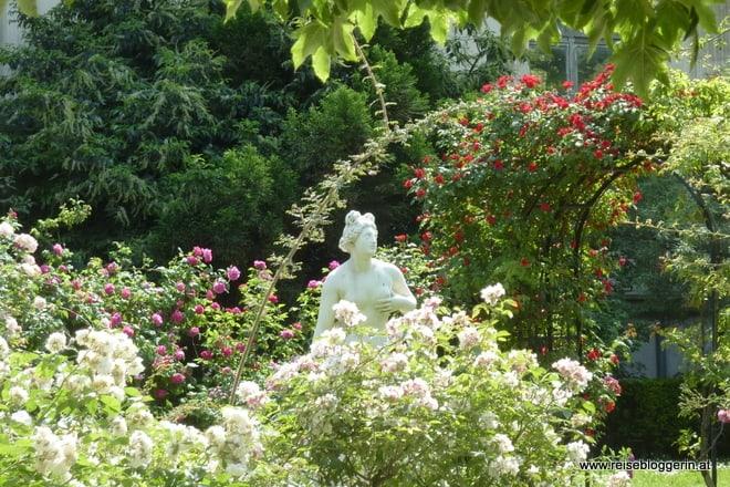 Ein Statue im Rosengarten im Jardin des Plantes