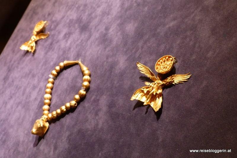 Schmuckstücke aus Gold in einer Vitrine