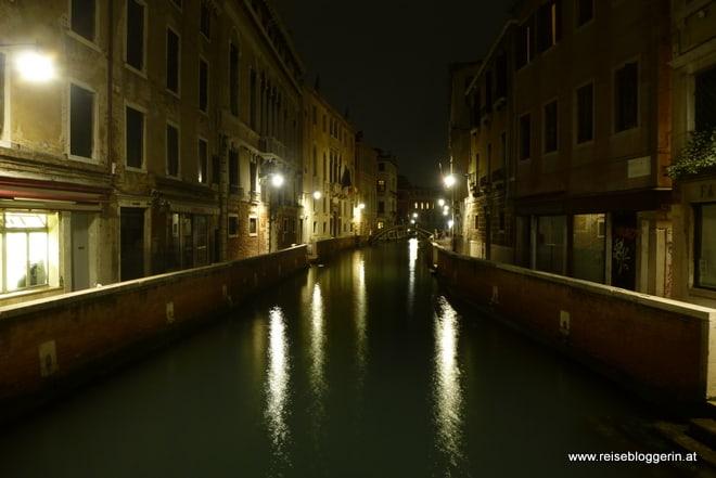 Kanal im nächtlichen Venedig