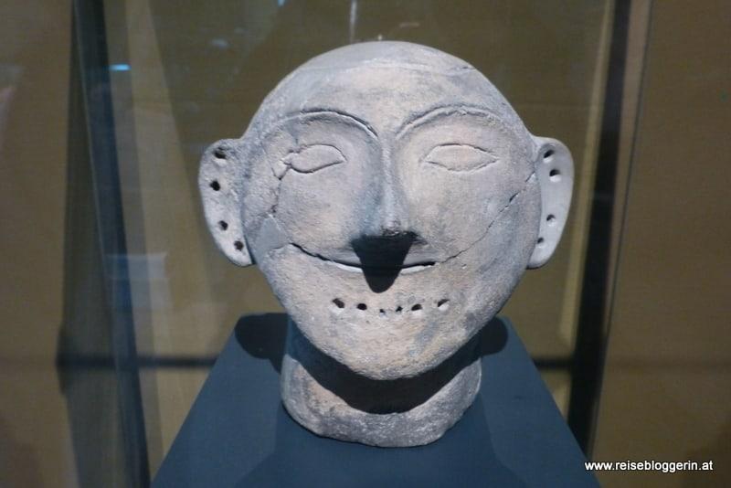 Tonkopf im archäologischen Museum