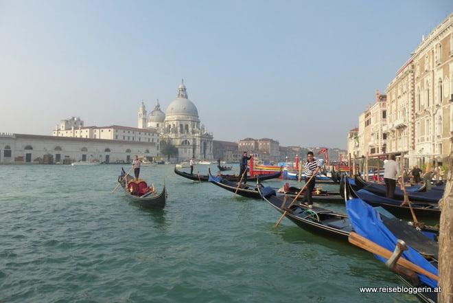 eine venezianische Gondel am Canale Grande