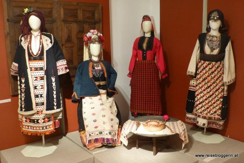 volkstümliche Trachten im ethnografischen Museum in Sofia Bulgarien