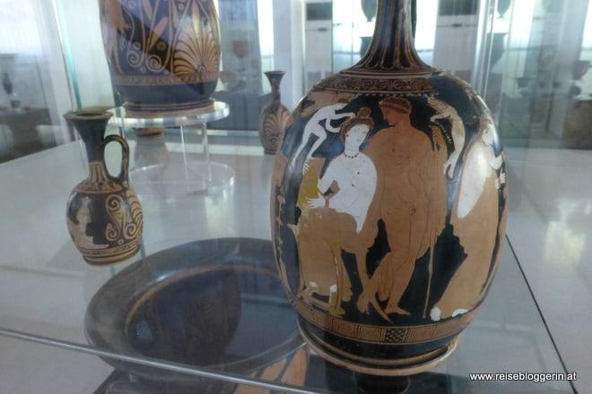 griechische Vase mit Ornamenten und Abbildungen
