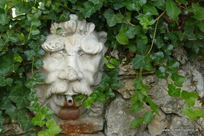 im Garten der rumänischen Königin Maria