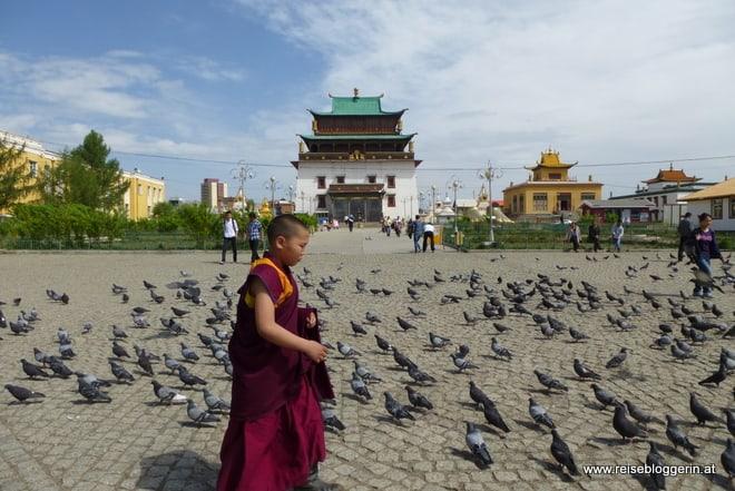 junger Mönch vor dem Gandan Kloster
