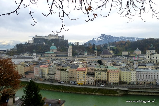 Blick auf die salzburger Altstadt, Salzburger Dom und Festung Hohensalzburg, im Hintergrund sieht man die verschneiten Berge