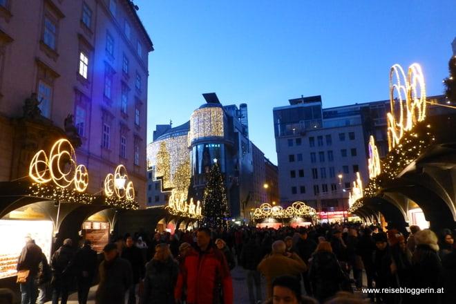 schön beleuchtete Hütten vom Christkindlmarkt am Stephansplatz
