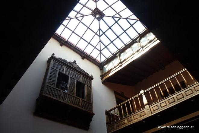 ein mit Glas überdachter Innenhof