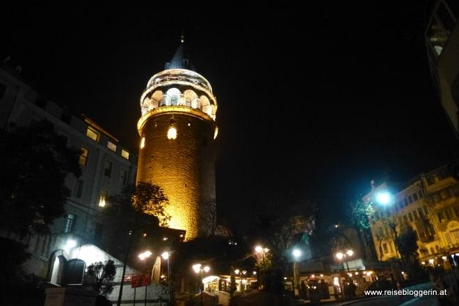 Der beleuchtete Galataturm in Istanbul