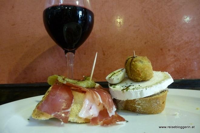 Ein Glas Rotwein und zwei köstliche Pinchos