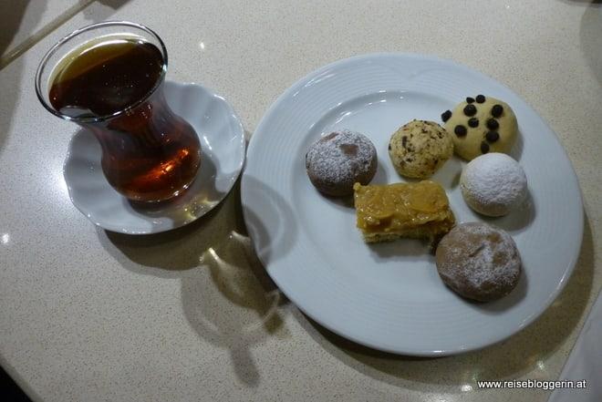 Eine Tasse Tee und Süßigkeiten am Teller