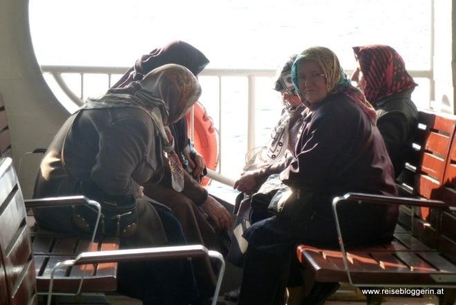 Frauen unterhalten sich auf der Fähre von Europa nach Istanbul