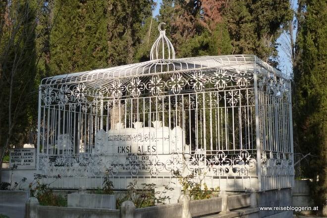Ein Grabmal im größten Friedhof der Türkei