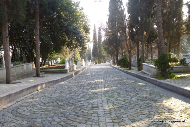 Ein Weg im größten Friedhof der Türkei