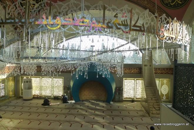 Der Innenraum der Sakirin Moschee in Istanbul