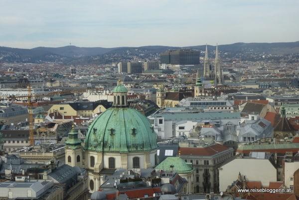 die grüne Kuppel gehört zur Michaelerkirche, die zwei Türme der Votivkirche und ganz hinten sieht man das AKH