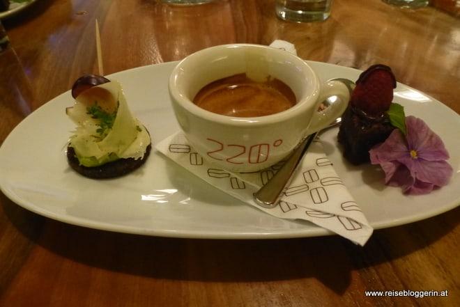 Äthiopischer Kaffee mit Schokoladekuchen