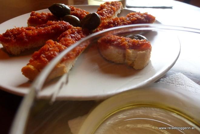 Tapas Sobrassada und Oliven und Weisswein