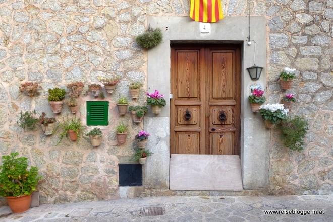 Eine Tür in Valldemossa, links und rechts mit Blumentöpfen geschmückt
