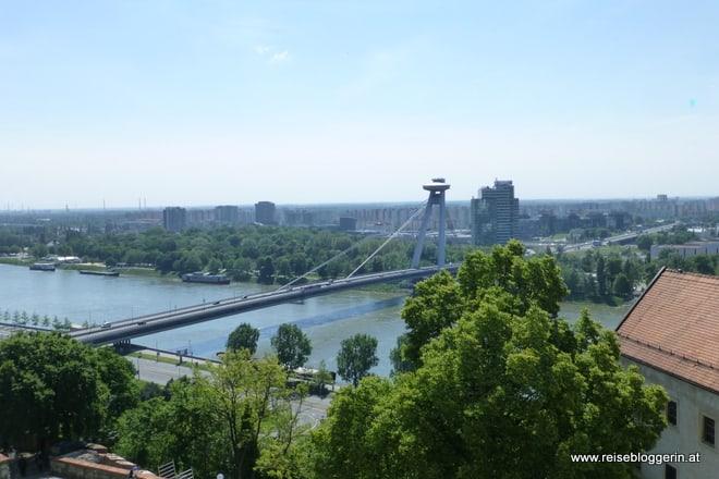 Blick von der Burg in Bratislava auf die Neue Brücke und die Donau