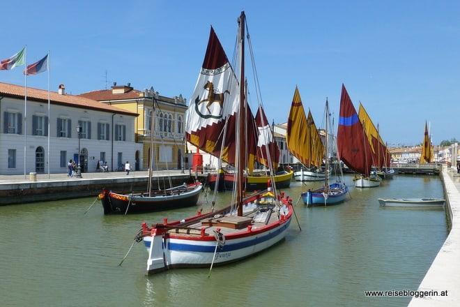 Fischerboote am Kanal in Cesenatico