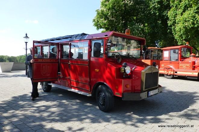 Ein roter Oldtimer Bus in Bratislava