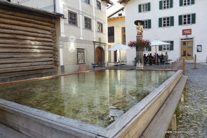 Der Dorfbrunnen in Valendas ist der größte hölzerne Brunnen Europas.
