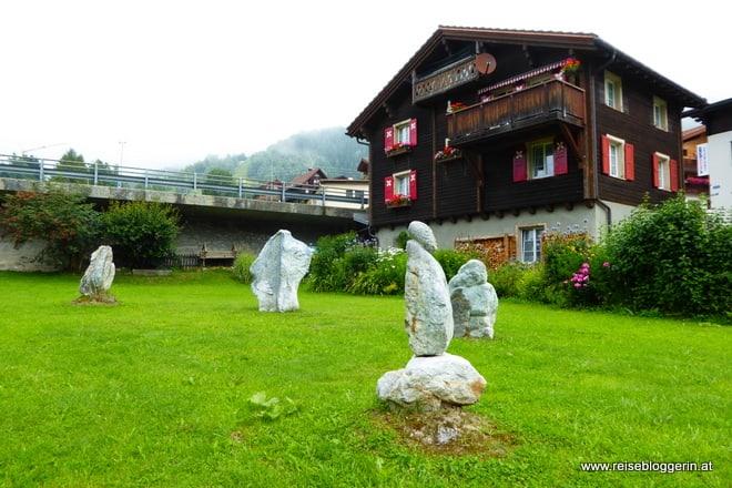 Kreis des Dankes in Tujetsch besteht aus Steinen, die von Künstlern gestaltet wurden.