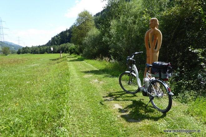 Entlang des Rhein wurden Skulpturen aufgestellt. Die am Foto ist aus Holz.