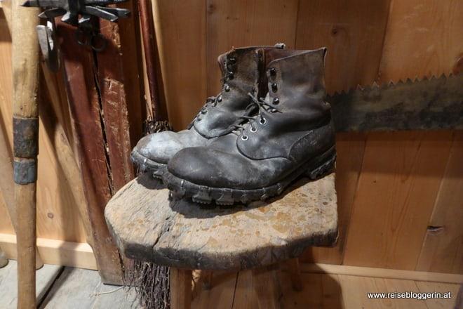 alte genagelte schwarze Schuhe eines Waldarbeiters