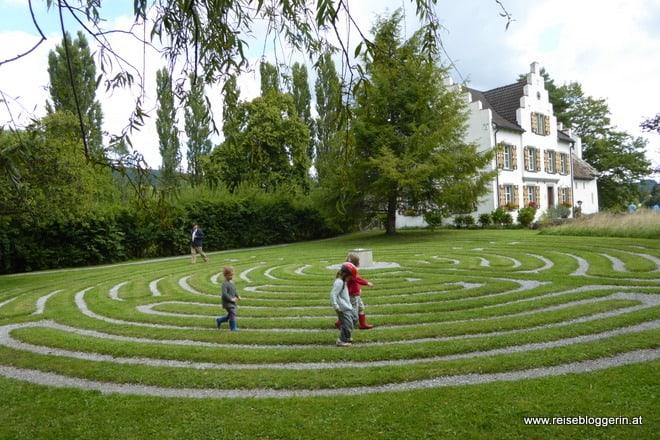 die Insel Werd mit einem Labyrinth im Vordergrund