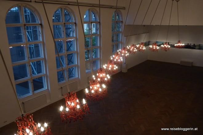Installation - rote Kristallluster schwingen in Form eines Drachen