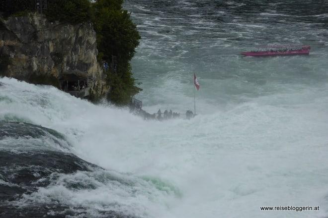 Das Boot verschwindet in den Wassermassen